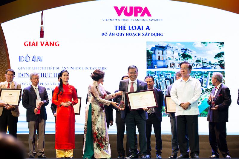 Ông Phạm Thiếu Hoa – Phó TGĐ Vinhomes đại diện Công ty CP Vinhomes nhận giải tại lễ trao giải Quy hoạch Đô thị Quốc gia.